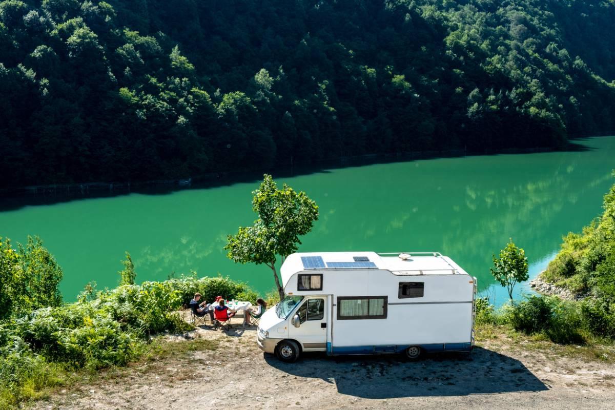 Camping en automne : faut-il choisir la caravane ou le camping-car ?