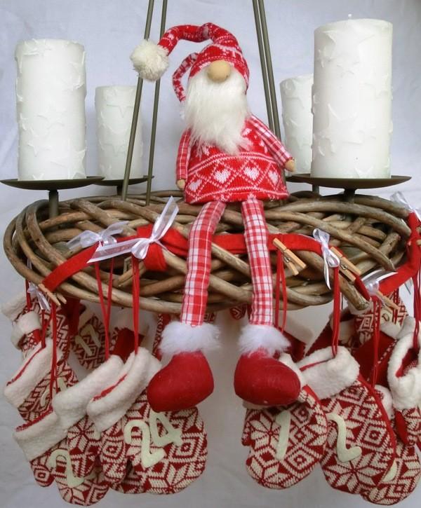 Weidekranz zum Hängen, dekoriert mit Stoffhandschuhen, Kerzen und Stiffnikoläusen