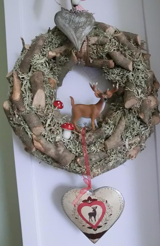 Türkranz mit Holstücken, Hirsch und Herzen dekoriert