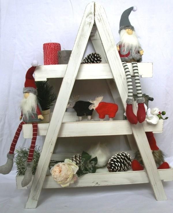 dreiteilige Holzetagere, dekoriert mit Puppen, Zapfen, Kerzen, Laternen