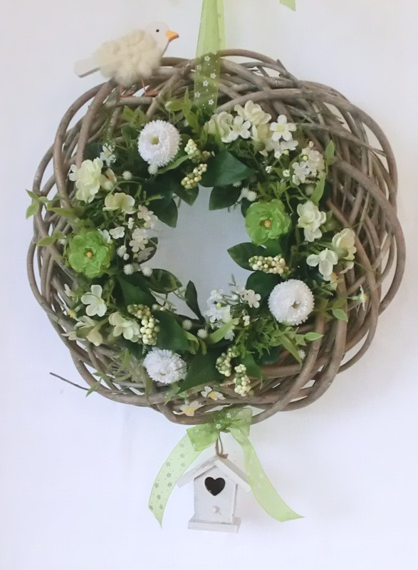 Türkranz aus Weide dekoriert mit Seide-Ranunkelkranz, Vogel und Vogelhäuschen