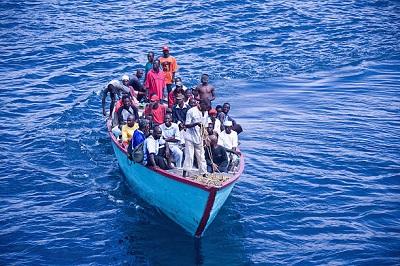 Boot mit Migranten auf dem weg zu den Kanarischen Inseln