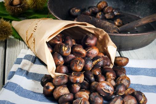 Warme Kastanien werden in Papiertüten gefüllt und verkauft