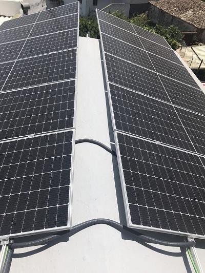 Photovoltaikanlage auf dem Dach des Ferienhauses in Teneriffa