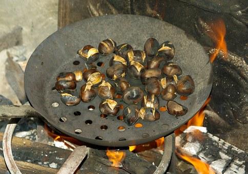 Kastanien am offenen Feuer gegrillt