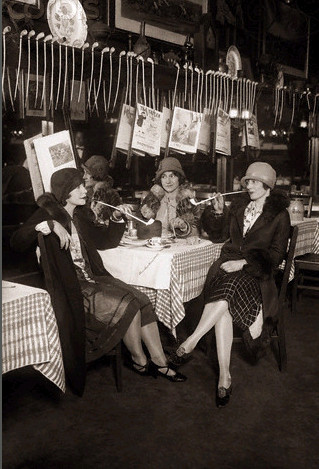 "04.15.1926 at Keen's with other founders of a ""Women´s Pipe Smokers Club"""