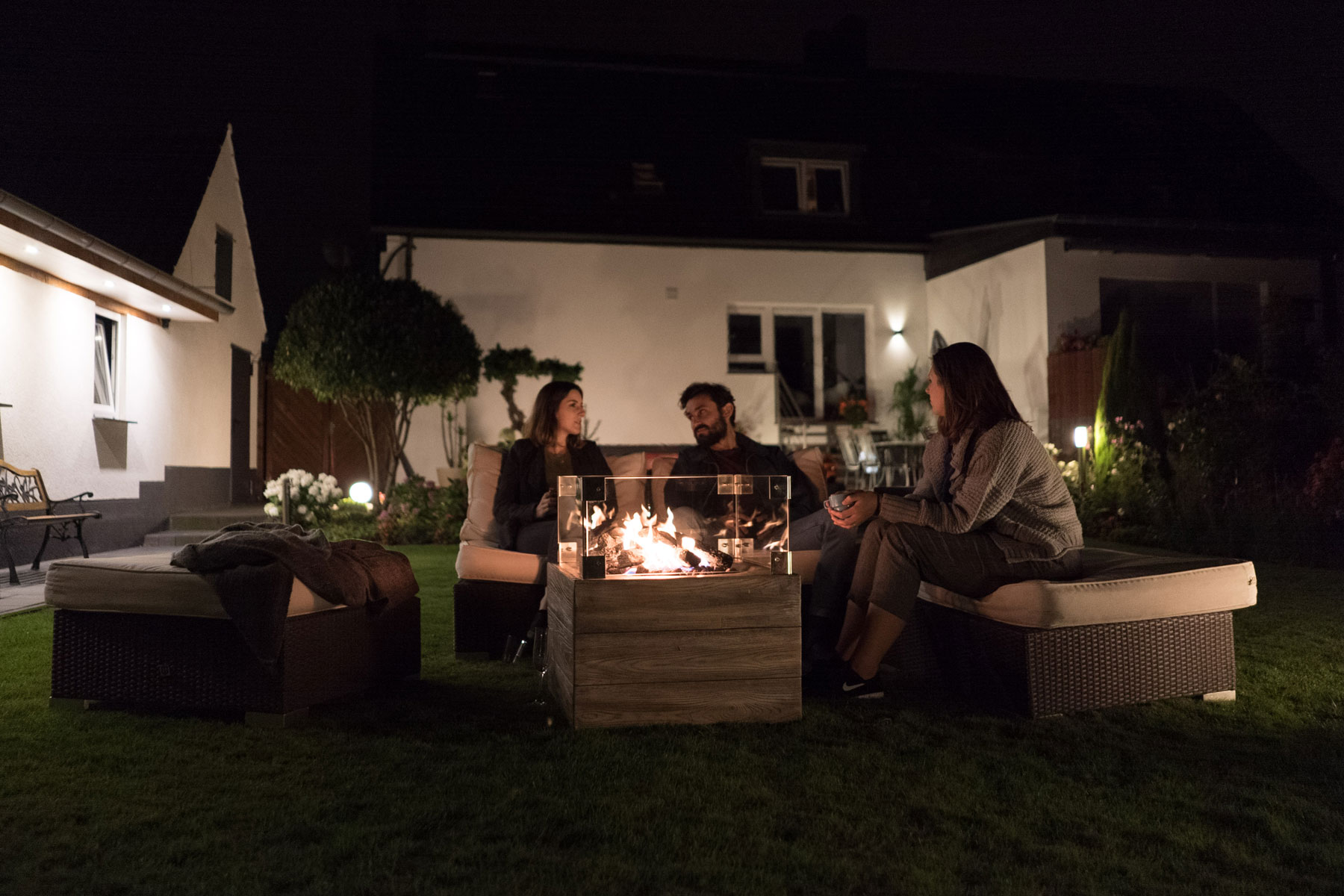 Feuerstelle an einer Loungegruppe