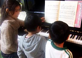 横浜ピアノ教室薫先生レッスン風景