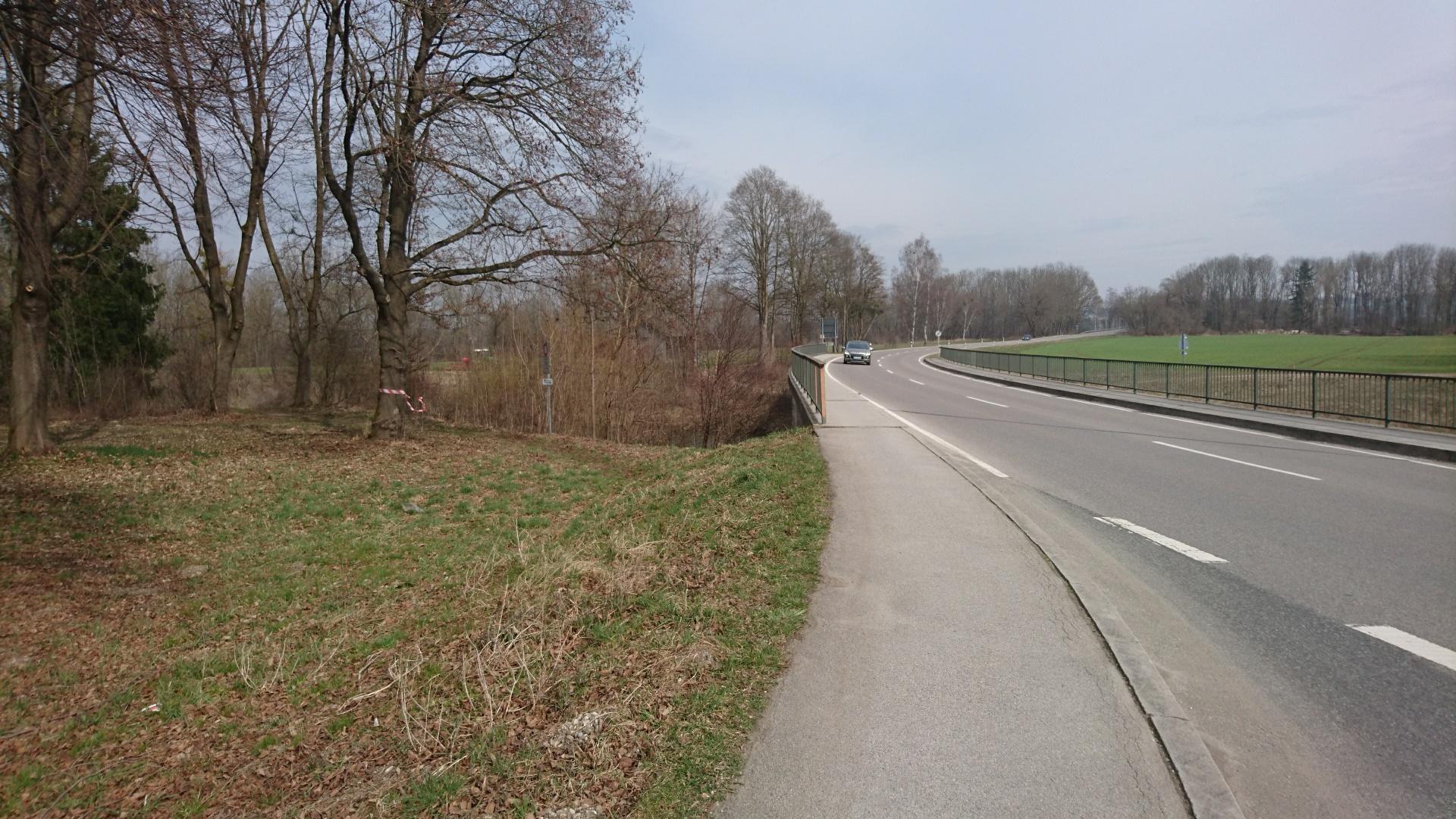 Bestehende Verkehrsbrücke mit Gehweg