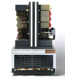 En 1965 el PDP-8, o Straight-8 minicomputadoras, fue construido por Digital Equipment Corporation (DEC).