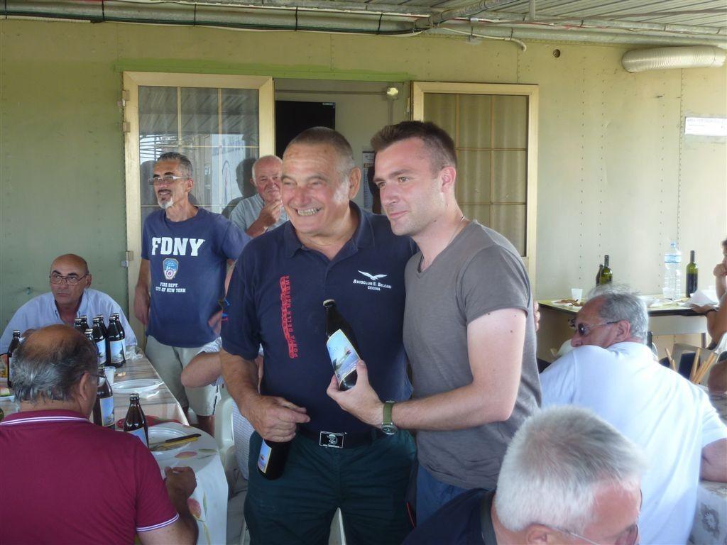 Il Socio Daniele Damiani promotore del Raduno premia con la Birra ICP