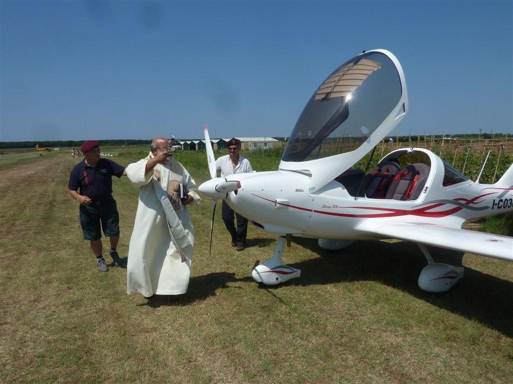 Padre Vincenzo benedice i velivoli