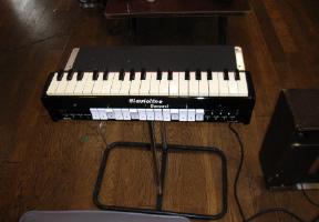 ▲クラヴィオリンは鍵盤部(下写真)とスピーカー(上写真)からなり、双方とも中に真空管を有している。