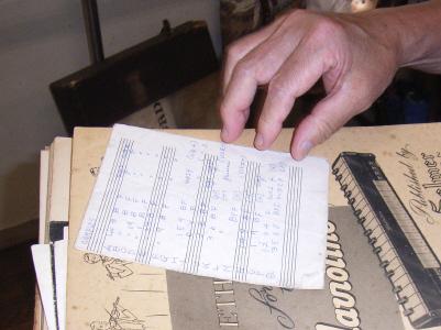"""▲演奏する各楽曲の雰囲気に応じた音色の選択番号が書かれた、 御手製の""""クラヴィオリン音色サンプル表"""""""