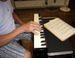 ▲長年の演奏経験で培われたクラヴィオリンの手付き
