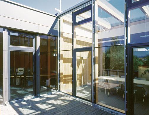 Unser Hauptsitz wurde 2004 neu gebaut. Mit unseren zehn Mitarbeitern herrscht ein sehr vertrautes, fast familiäres Betriebsklima.