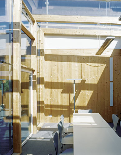Unser modernes Gebäude umfasst 5 Büros, einen Empfang mit Wintergarten, sowie die Druckerei und das Lager im Erdgeschoss.