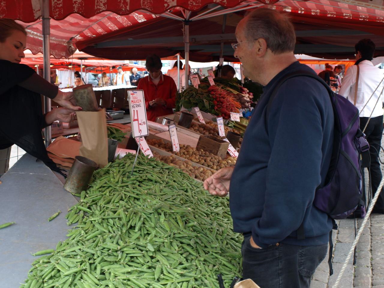 auf dem Markt kauft man Erbsen in Liter ein