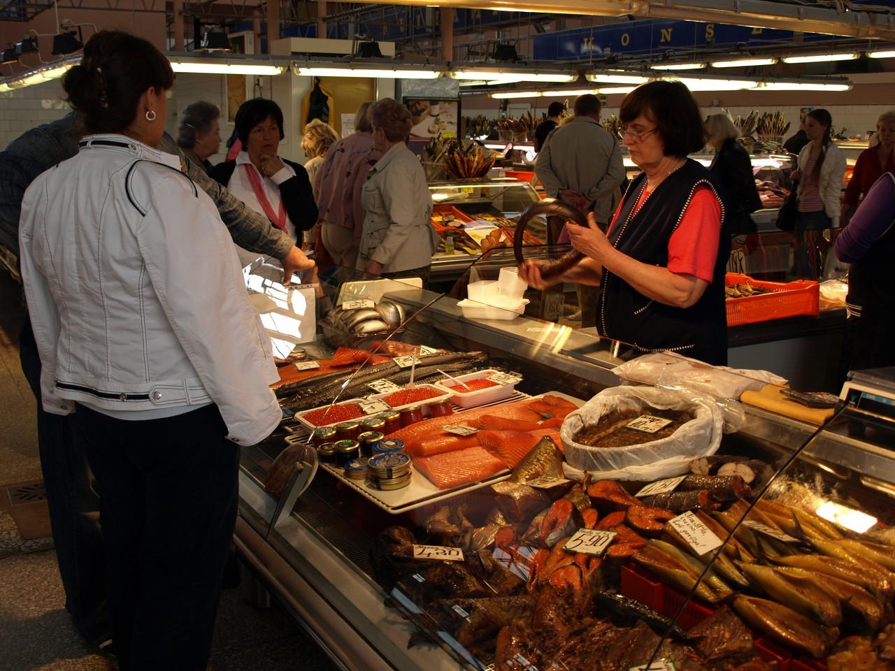 Marktstände für Fisch und vieles andere