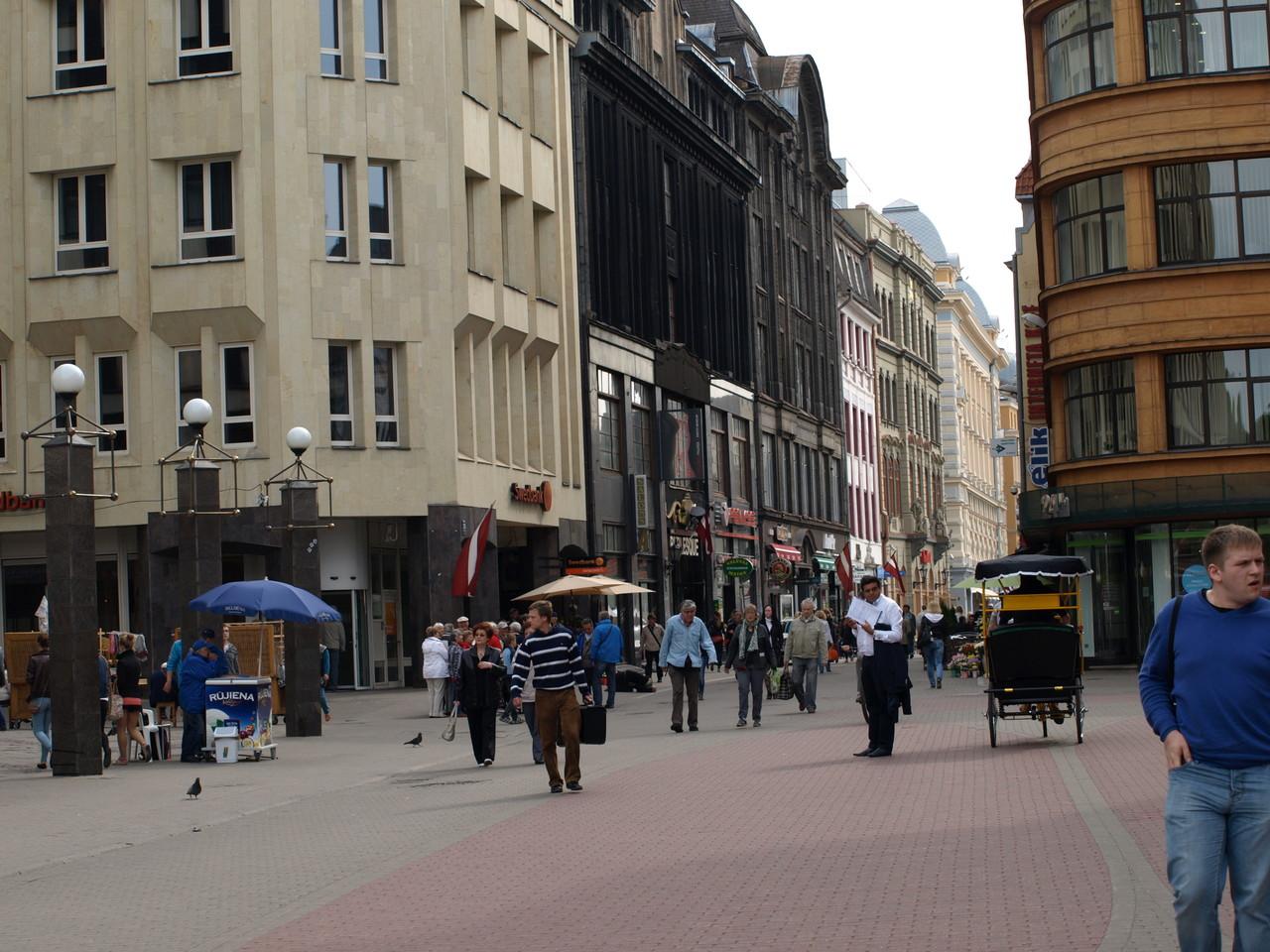 geschäftiges Treiben auf den Strassen von Riga
