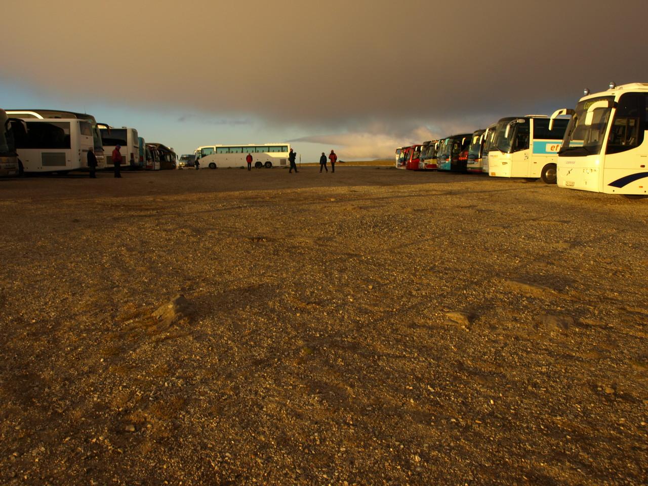 am Abend rauschen die Busse mit den Touristen heran
