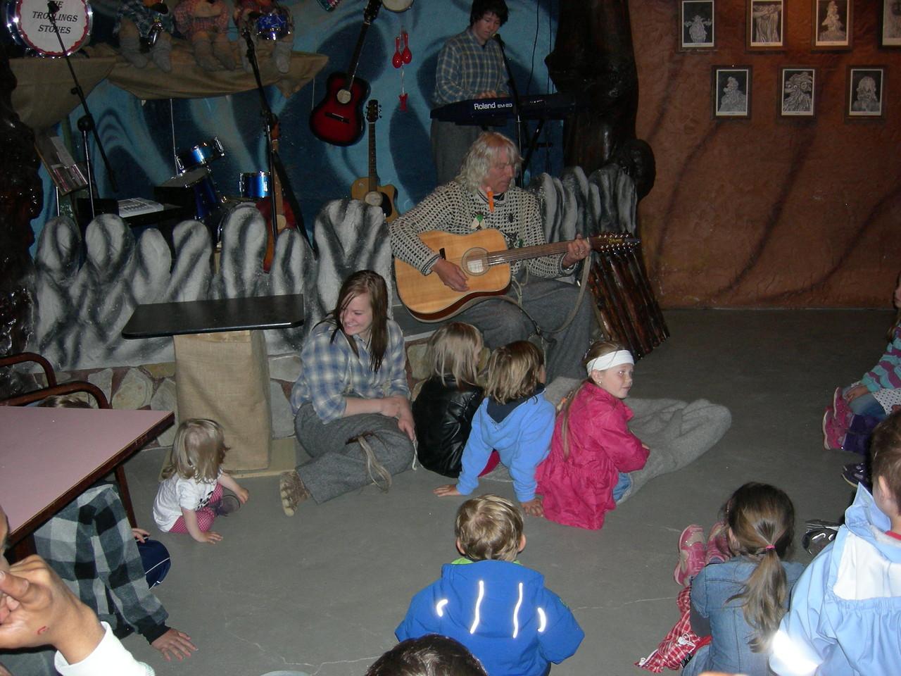 gebannt hören sich die Kinder die Trollgeschichten an