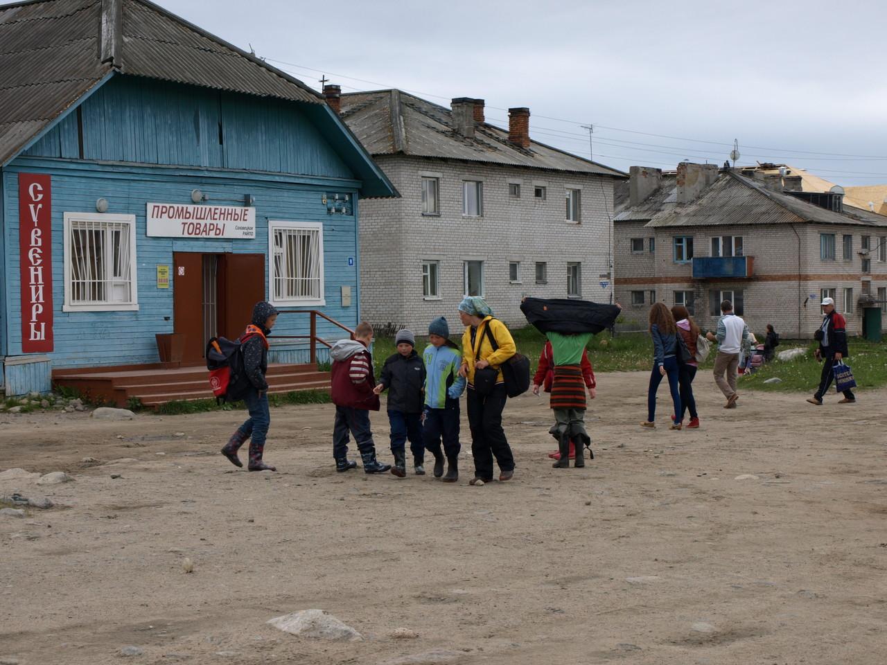 Der Dorfplatz belebt durch Menschen