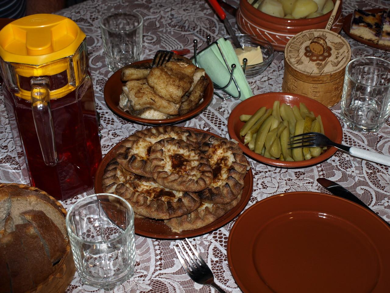 und kocht uns eine typisch karelische Mahlzeit