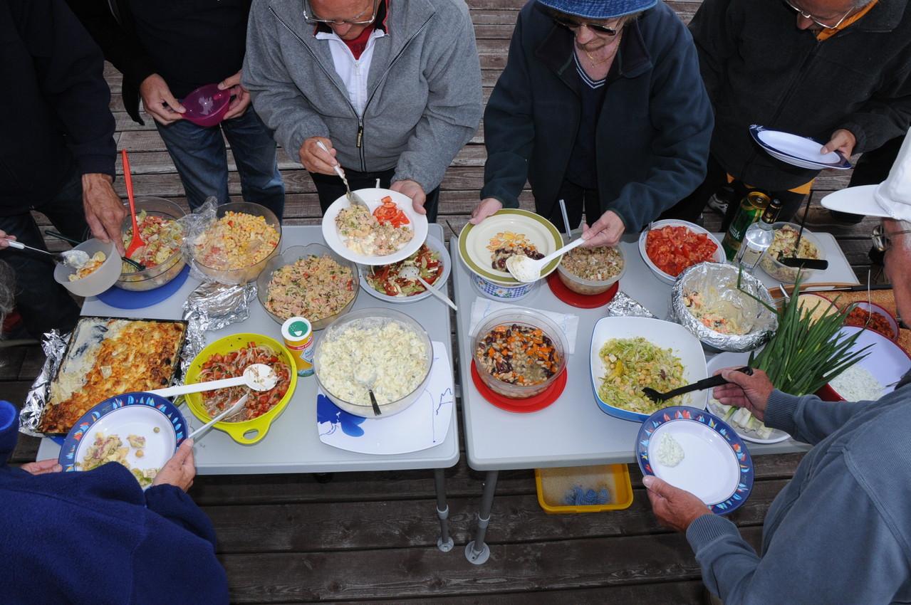das Salat- und Beilagenbuffet ist eröffnet