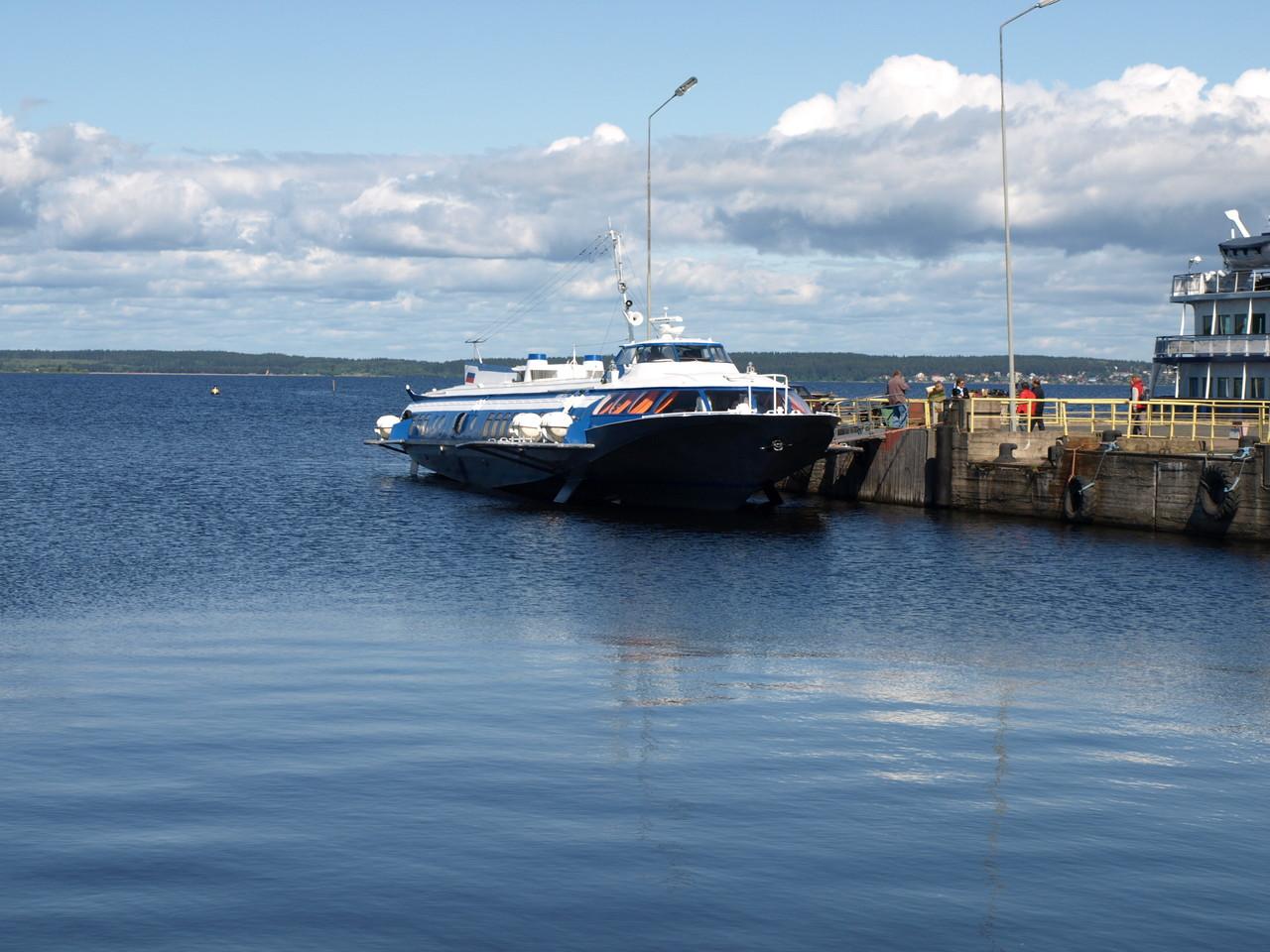 Mit dem Tragflügelboot gehts 68 km über den Onegasee