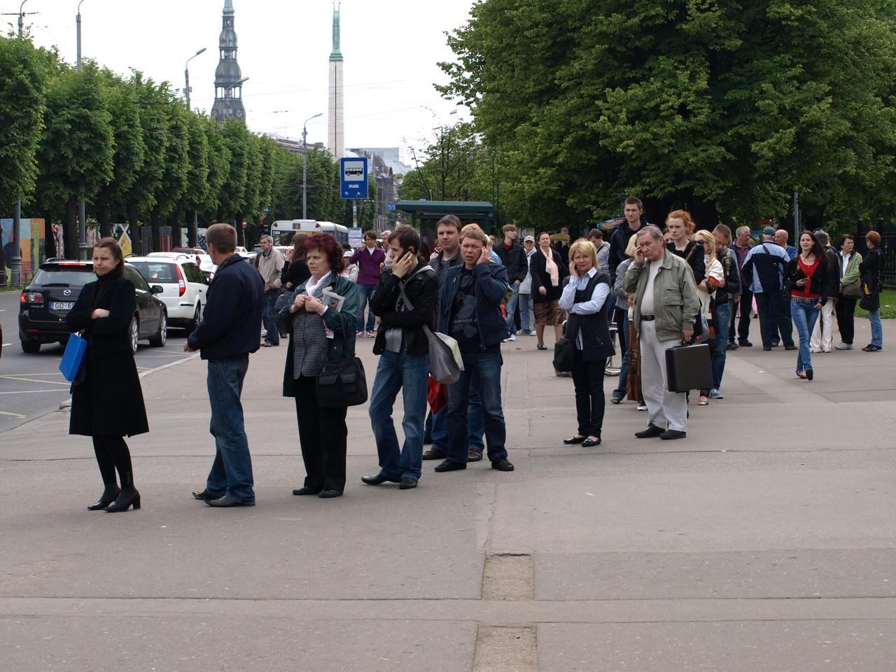 in Riga stellt man sich an der Bushaltestelle in die Schlange