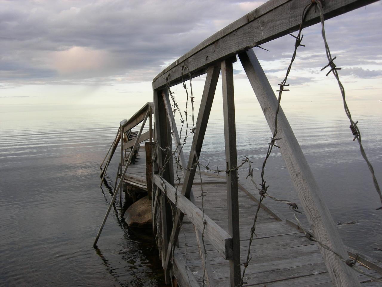 Stacheldraht bid weit in den See hinaus