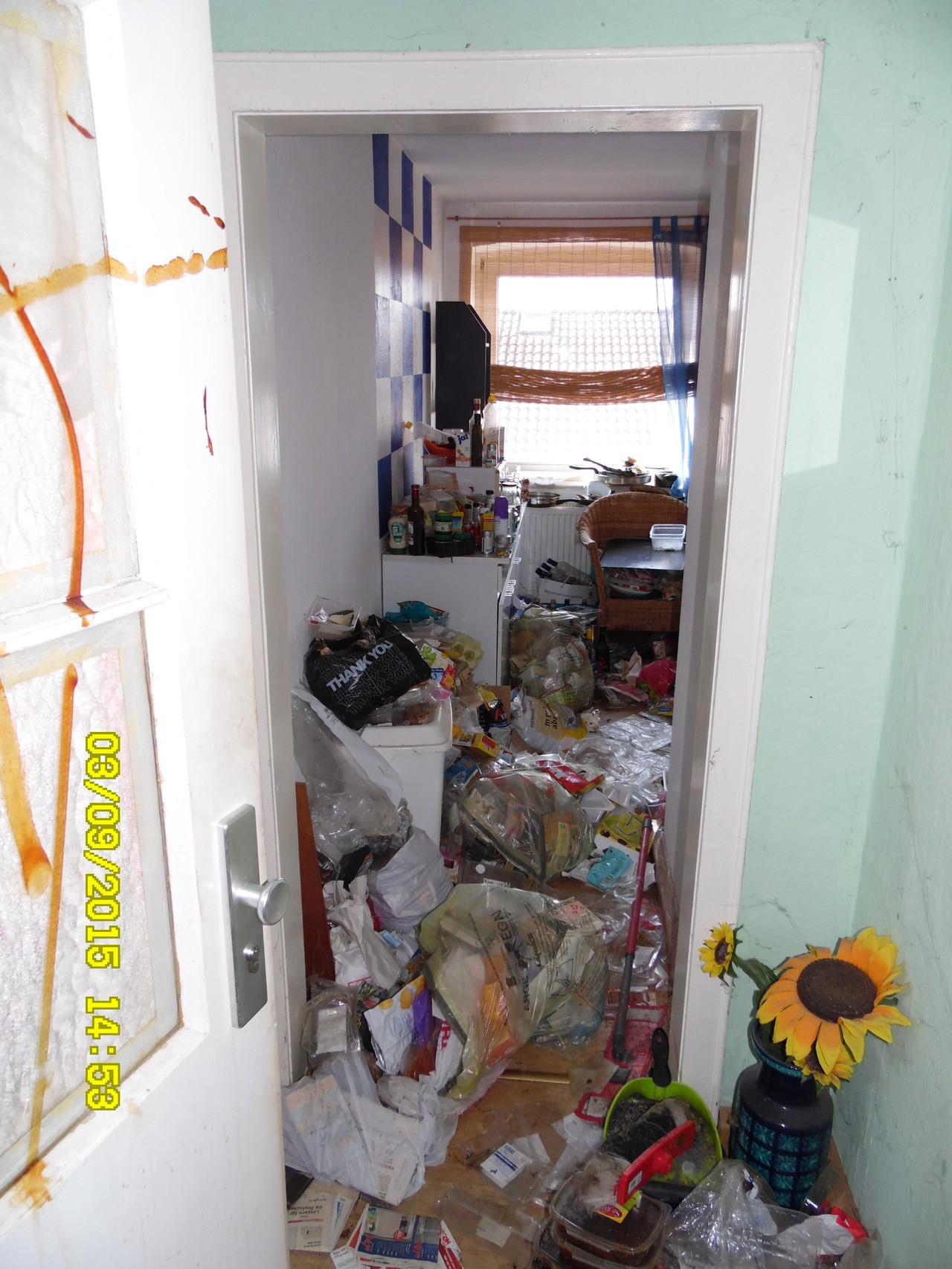 Leicht verschmutzter Eingangsbereich, keine Angst das ist nur Soße und Ei an der Tür.
