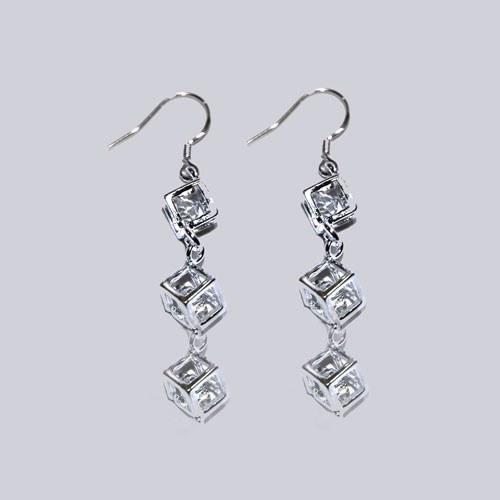 Schöne Ohrringe mit Modeschmuck-Steinchen