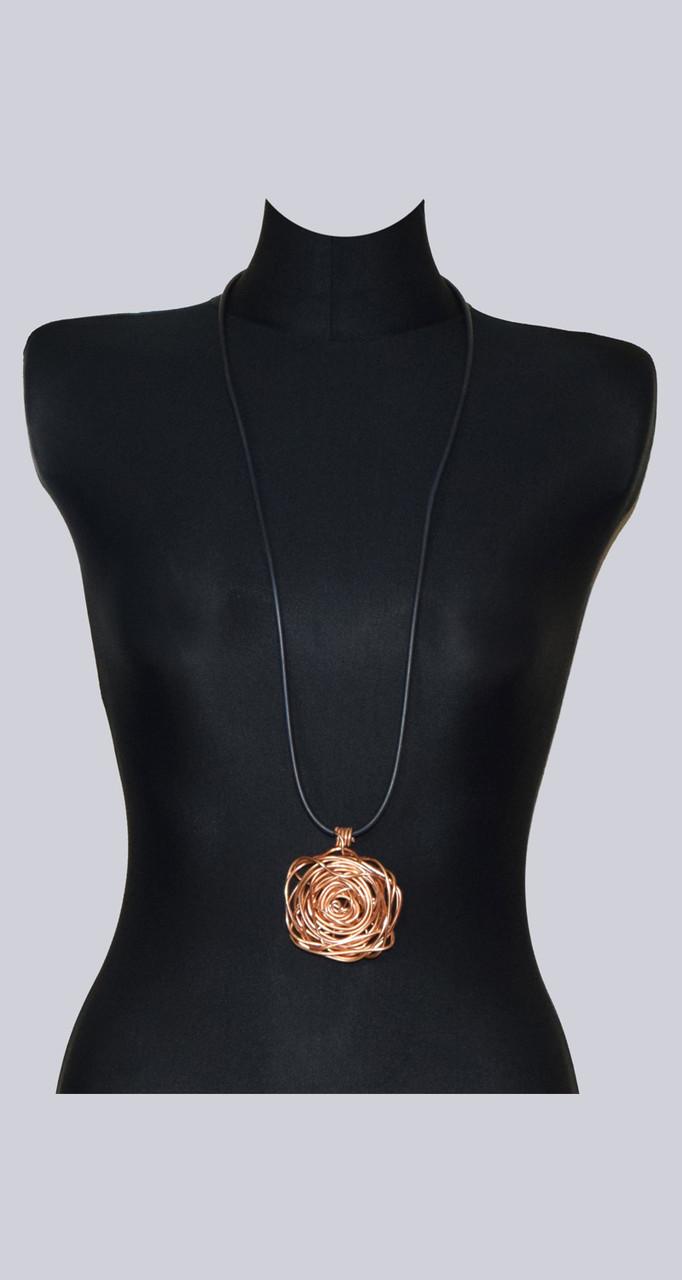 Rosègoldfarbene Halskette Queenslay. Eine rosègoldfarbene Blume aus feinem Aluminium mit einer schwarzen Halskette. Wunderschöner Lagenlook Modeschmuck.