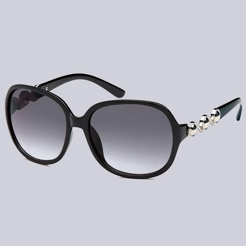 Wunderschöne Sonnenbrille für Damen. Leicht glänzend mit modernen, silberfarbenen Verzierungen an den Bügeln.