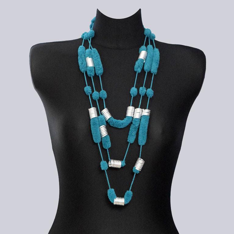Eine schöne Schal-Kette aus sehr kuschelig weichem, angenehmen Material mit schönen, glänzenden Aluminium-Elementen. Schön zum Lagenlook.