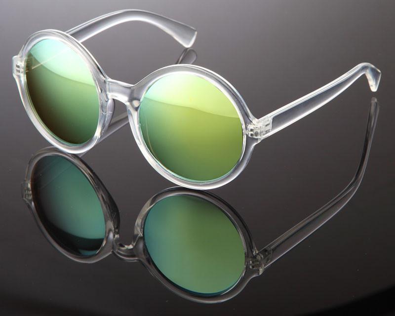 Schöne, verspiegelte Sonnenbrille mit gruenen Gläsern und transparentem Gestell. Chic!