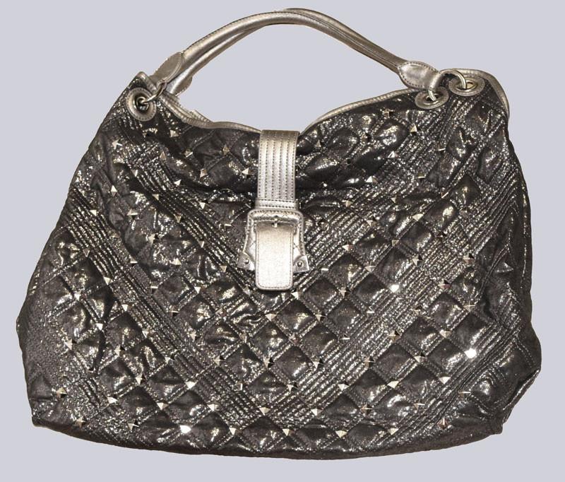 Eine wunderschöne, große Handtasche aus einem tollen, glänzenden Material, mit Nieten versehen.