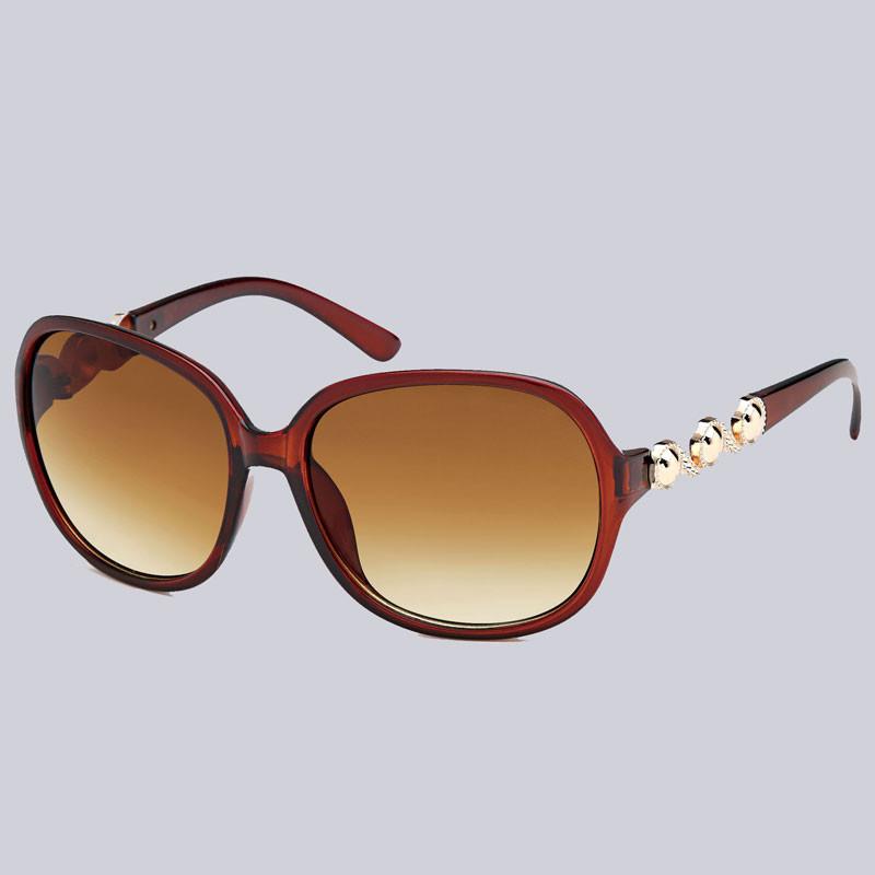 Eine wunderschöne Sonnenbrille für Damen. Leicht glänzend mit modernen, goldfarbenen Verzierungen an den Bügeln.