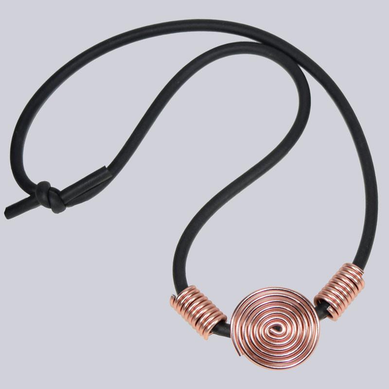 Eine wunderschöne, kurze Lagenlook Halskette. Rosegoldfarben, schwarz. Hergestellt in liebevoller Handarbeit - traumhafter Modeschmuck.