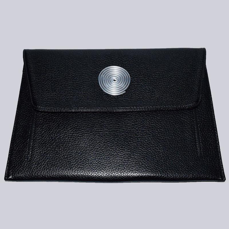Wunderschöne, schwarze Handtasche. Auch toll als Clutch. Mit schönem Beeli Modeschmuck-Emblem. Wunderbar zum Lagenlook.