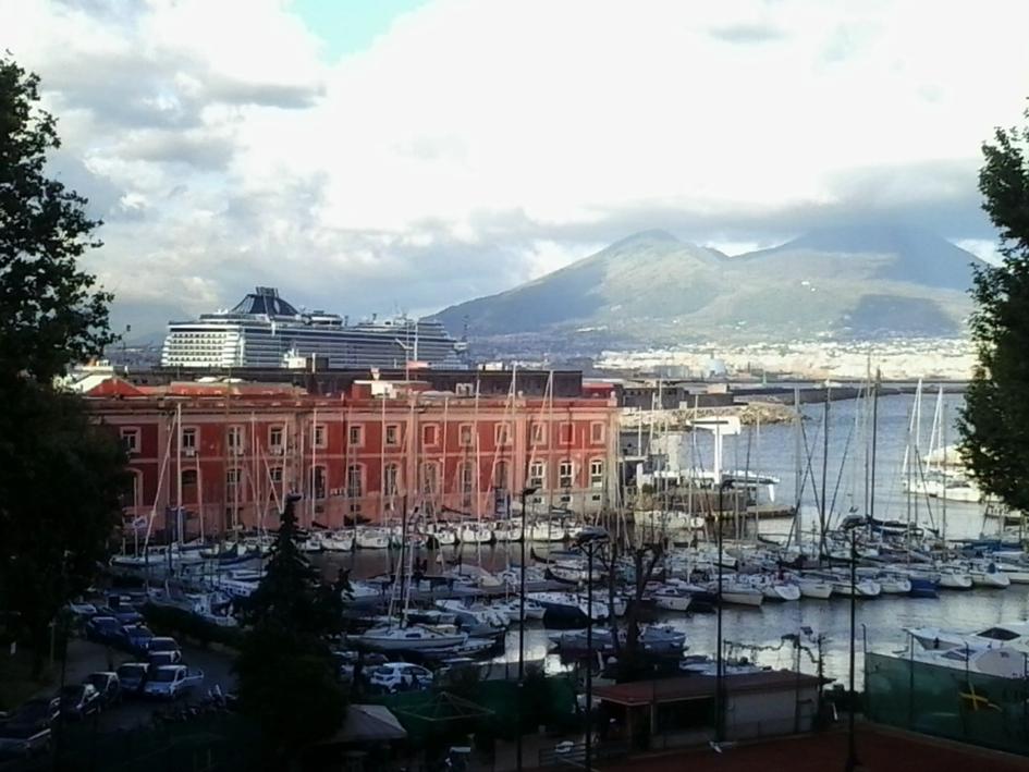 Hafen von Neapel mit Vesuv