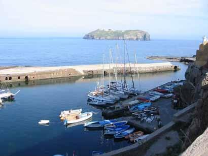Blick von Ventotene zur Insel San Stefano, eine ehemalige Gefängnisinsel.