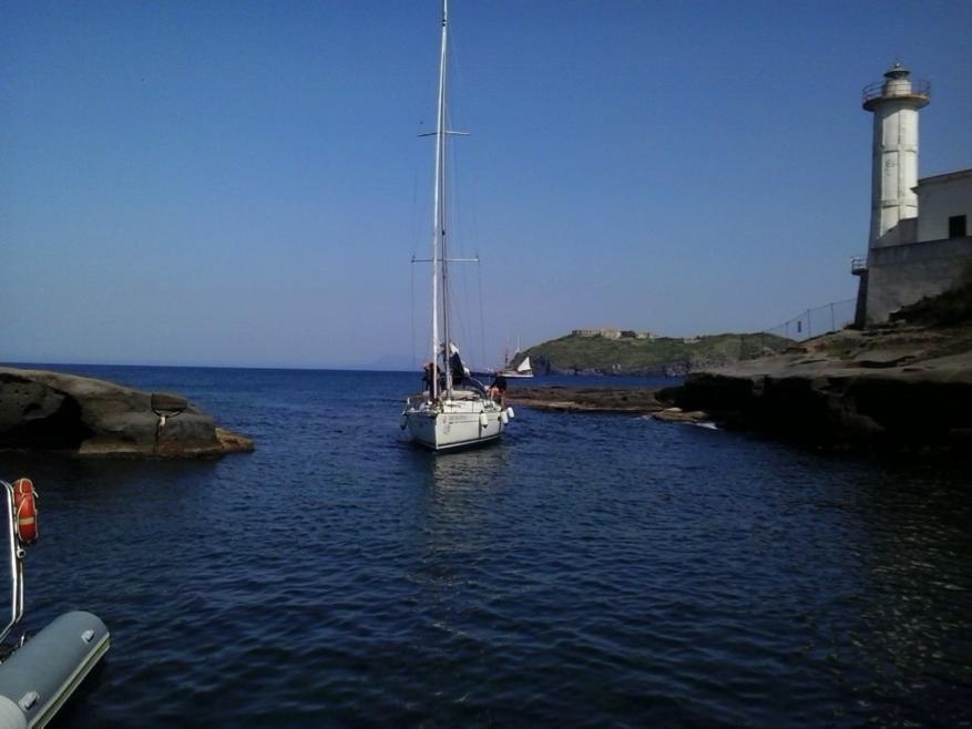 Schmale Einfahrt in den Galeeren-Hafen von Ventotene