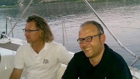 Entspannter Skipper und Co-Skipper an der Konoba Ante in Vrulje