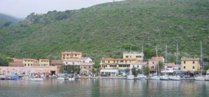 Mit gutem Wind und Seegang Stärke 2 liefen wir am nächsten Morgen aus dem Hafen Capraia aus. Mit Westwind liefen wir mit guter Geschwindigkeit nach Elba zurück.