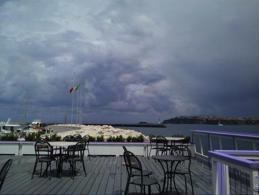Hafen-Bar von Ventotene mit Blick hinüber zum Festland