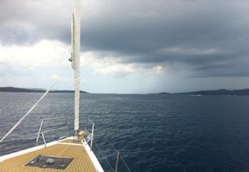 Ein dunkles Wolkenband begleitet uns nach Zadar