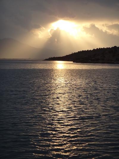 Sonnenuntergang bei Segel und Yoga im Mittelmeer
